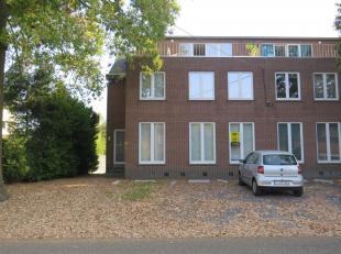 Gelijkvloers appartement met 2 slaapkamers in Tessenderlo. U komt binnen in de leefruimte en eetplaats met aanpalend de ingerichte keuken. Tevens vind