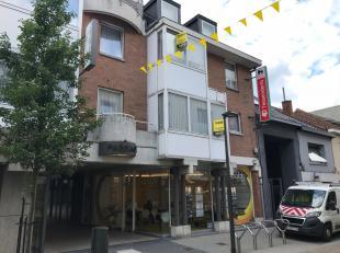 Appartement gelegen op de tweede verdieping met 2 slaapkamers in Tessenderlo. Verder bestaat dit appartement uit een ingerichte keuken, ruime living,