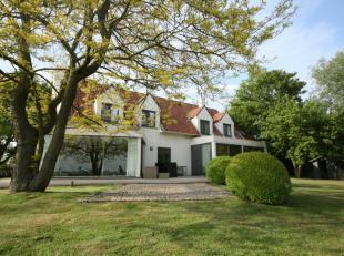 Prachtig zichten op de Polders. Gelegen op nog geen 10 min van Knokke te Westkapelle. Discreet gelegen grote woning met prachtige zuidgerichte tuin en
