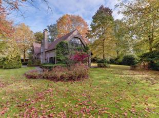 Welkom in deze karaktervolle villa gelegen in het mooie park John van Eyck te Waasmunster. Deze charmante villa dateert van 1980 en werd gebouwd met d