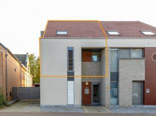Voor uitgebreide info, surf naar www.SWEVERS.be! In de Dorpsstraat in Zolder vinden we dit ruime duplex appartement met 2 slaapkamers, badkamer, moder