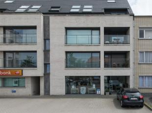 Deze gelijkvloerse handelsruimte bevindt zich in het centrum van Zulte, in de nabijheid van andere handelzaken en rechtover de vrije basisschool. De g