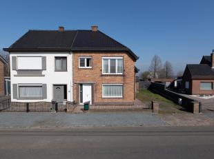 Net buiten het centrum van Wachtebeke, op een boogscheut van alle voorzieningen, bevindt zich deze ruime woning. De half-open bebouwing dateert van 19