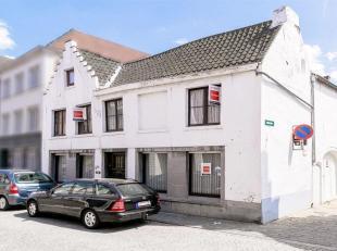 Te renoveren woning met potentieel (4 SLK), gelegen op een uitstekende locatie, met garage en koer. <br /> Deze ruime hoekwoning bevindt zich tussen d
