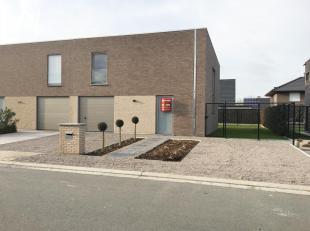 Halfopen nieuwbouwwoning te huur te Beveren-Leie met zicht op en toegang tot het park! Indeling: inkomhal, apart toilet, woonkamer met ingerichte, ope
