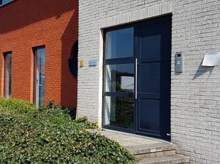 Ruim appartement (106 m2) gelegen op het gelijkvloers met aan de achterzijde een groot terras (+/- 20 m2)<br /> <br /> Indeling: inkomhal, badkamer, a