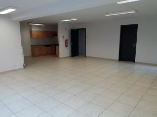 Kantoorruimte van 106 m2, gelegen op het gelijkvloers van een appartementenblok.<br /> <br /> Indeling: inkomhal, toilet, 2 bureauruimtes, grote ope