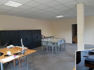 TE HUUR: kantoorruimte / dienstenruimte met een totale oppervlakte van 90 m2<br /> <br /> Indeling: Iinkom, halletje, grote open ruimte, aparte ruimte