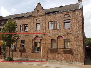 TE HUUR: kantoorruimte / dienstenruimte met een totale oppervlakte van 100 m2 en archiefruimte van 50 m2<br /> <br /> Indeling: Inkom met trap en lift