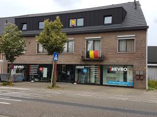 Deze handelsruimte is gelegen in het centrum van Helchteren, aan een drukke doorgaande weg.<br /> <br /> Het pand is geschikt voor diverse activiteite