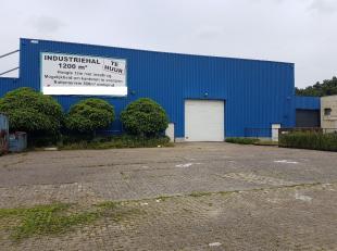 Bedrijfshal van 1200 M2 met laadbrug tot 10 ton en voorliggende parking / opslagruimte.<br /> <br /> Voorzieningen:<br /> - hoge sectionale inrijpoort