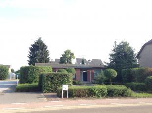 Ruime, gelijkvloerse woning (157 M2) met 3 slaapkamers<br /> <br /> Indeling:<br /> inkomhal, leefruimte (45 m2) bestaande uit salon en eetkamer, kook