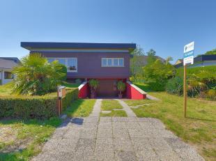 Bijzonder goed en rustig gelegen bungalow met inpandige garage in het kelderverdiep van 127m². Op het gelijkvloers treffen we de inkomhal, keuken