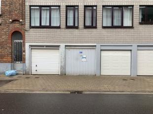 Gelegen in het centrum van St-Amandsberg in de residentie Capri kant Heiveldstraat. Een afgesloten garagebox met verlichting. Ruim 15m² groot. Vr