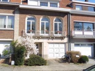 Visites temporairement suspendues.IXELLES, limite Watermael-Boitsfort, dans un clos paisible, sympathique maison bel-étage, avec garage et jard