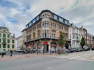 Dit handelsgelijkvloers is uitstekend gelegen in centrum Gent en bevindt zich op wandelafstand tussen de Korenmarkt - Sint-Baafs en Sint-Jacobs. Zeer