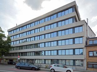 Dit kantoorgebouw is gelegen in de rand van Gent en vlakbij het UZ, waardoor de bereikbaarheid uitstekend is voor zowel privé als het openbaar