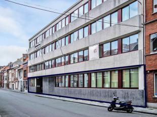 Dit gelijkvloers maakt deel uit van een complex bestaande uit twee kantoorgebouwen die in verbinding staan via een binnentuin. Er is een uitstekende b