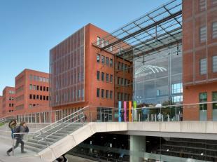 Op een werkelijke toplocatie in het station van Brugge zijn -volgens het principe van flexibele werkplaatsen- verschillende oppervlaktes kantoren. Op