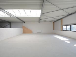 Volledig nieuw en ruim (300m2) magazijn voor multifunctioneel gebruik op commerciële ligging te Zomergem.<br /> De bovenverdieping van dit gebouw