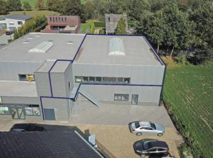 Volledig nieuw en ruim (300m2) magazijn voor multifunctioneel gebruik op commerciële ligging te Zomergem.<br /> De benedenverdieping is voorzien