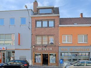 Deze karaktervolle woning met een handelsgelijkvloers is uiterst centraal gelegen te Zwevegem vlakbij alle kleinhandel en invalswegen. Het pand was ge