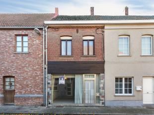 Ruime  woning te koop centrum Hulste.<br /> De woning op het gelijkvloers bestaat uit inkom, bureau/winkelruimte, bergruimte, leefruimte, keuken, badk