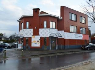 Tof duplexappartement in het centrum van Beverlo, maar toch zeer rustig gelegen! Indeling: *1e verdiep: inkomhal, apart toilet, ruime woonkamer met zi