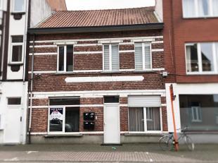 Gezellig gelijkvloers appartementje, gelegen aan de rand van het centrum van Beringen. Indeling: woonkamer met open keuken ingericht met dampkap, spoe