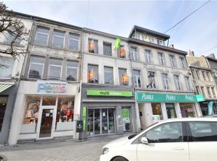 BASTOGNE (Rue du Sablon): Immeuble commercial idéalement situé dans la Grand-Rue commerçante. Ce bâtiment d'une superficie