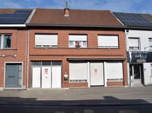 Ruime woning op een perceel van 450 are en met een bewoonbare oppervlakte van 250 m².<br /> Centraal gelegen woning, op een belangrijke verbindi