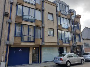 Gezellig dakappartement met twee slaapkamers. Het appartement omvat een inkomhal, een ruime leefruimte met toegang tot terras, keuken met aansluitend