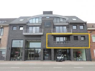 Dit kwalitatief knap afgewerkt appartement bevindt zich op de eerste verdieping van een recent gebouw in Heusden. Het appartement is bereikbaar per li