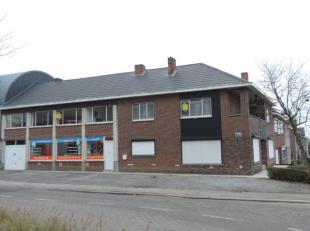 Vlakbij het centrum van Beringen vinden we aan de Rozenlaan 30 / Scheigoorstraat 2 deze ruime woning terug met een totale oppervlakte van 3a 93ca. De
