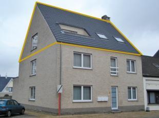Comfortabel dakappartement op de 2e verdieping met volgende indeling: hal met gastentoilet, woonkamer en salon met geïntegreerde keuken en bijhor