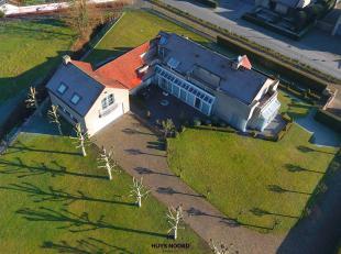 Deze moderne villa is gunstig gelegen te Maldegem. De ruime woonvertrekken met airco, baden in een zee van licht . Mogelijkheden voor het installeren