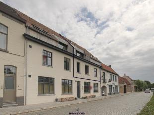 Magnifique appartement avec une vue sur le Damse Vaart situé au premier étage, séjour lumineux avec cuisine ouverte et salle &agr