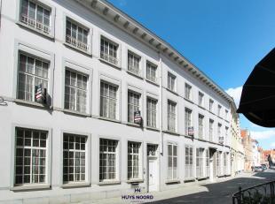 Dit verborgen stadspaleis in hartje Brugge bestaande uit 3 gebouwen met een magnifieke tuin, hoge plafonds, prachtige woonvertrekken en voldoende park