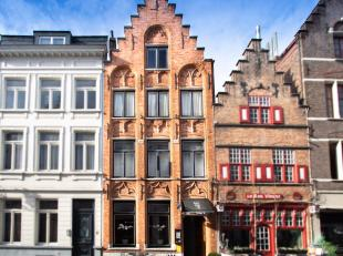 Achter deze uiterst charmante Brugse trapgevel op toplocatie centrum Brugge vinden we op de benedenverdieping een klasse restaurant (met langdurig huu