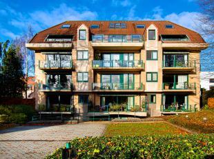 Deze charmante residentie werd strategisch opgetrokken in hartje Sint Baafs (Sint Andries). Door de teruggetrokken inplanting op de kavel, stralen dez