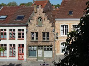 Deze charmante gevelwoning dateert uit de 17de eeuw (bron beeldbank) en is gelegen langs de rustige en mooie Speelmansrei. Dit huis kent een rijke ges