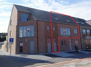 Nieuwbouw duplex appartement gelegen in de Kroonstraat te Beverlo.  Indeling: eerste verdiep: inkomhal, living, keuken, bureel/ slaapkamer, WC, terras