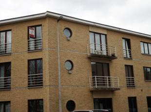 Appartement gelegen op de 2de verdieping in het centrum van Paal, dichtbij openbaar vervoer, winkels, oprit E313... Indeling: inkomhal, living met ope