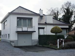 Zeer goed onderhouden woning (O.B.) op een grondoppervlakte van 7 a 46 ca, gelegen in een rustige buurt en toch dichtbij oprit E313.<br /> <br /> De w