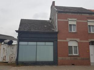 Woning met ruime loods gelegen te Velm.<br /> Bij het betreden van de woning komen wij binnen in een inkomhal, zo kunnen we naar de eerste verdieping