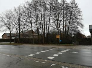 Dit stuk grond op de Hasseltweg is de plaats bij uitstek voor een leuk handelspand met wooneenheden.<br /> Met het grote aantal handelspanden die hier
