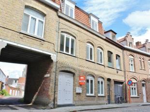 Dit appartement is zeer centraal gelegen en is bereikbaar via een trap aan de achterkant van het gebouw. Op het eerste verdiep zijn een inkom, apart t