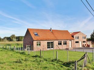 Deze eigendom is gelegen in een rustige straat tussen Poperinge en Vleteren en bestaat uit een gelijkvloerse verdieping met inkom, toilet, grote open