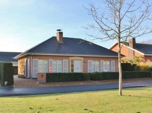 Deze gelijkvloerse villa is zeer rustig gelegen in een doodlopende straat in de dorpskern van Elverdinge en omvat een inkom, apart toilet, bureau, rui