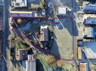 Goed onderhouden villa (EPC 362) op mooi perceel grond met vlotte bereikbaarheid naar in en uitvalswegen bestaande uit (gelijkvloers) inkom met apart